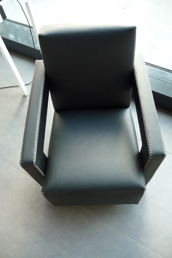 Utrecht-Chair-by-Gerrit-Rietveld-01-P1050198