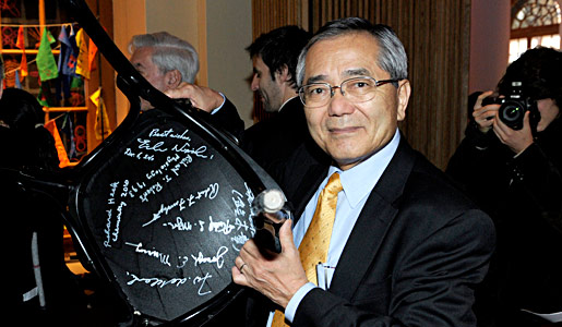 Ei-ichi Negishi autographing a chair