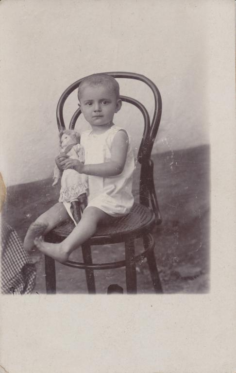 Kid with Thonet no 14