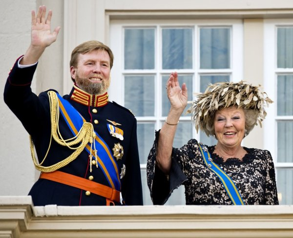 King-to-be-Willem-Alexander-and-Abdicating-Queen-Beatrix
