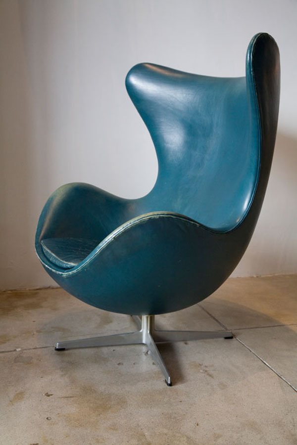 Vintage Arne Jacobsen Egg Chair In Original Bluish Leather Sideview